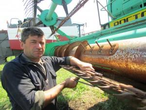 А.А. Агеев, механизатор ООО «Караван», еще и еще раз проверяет комбайн перед выходом в поле