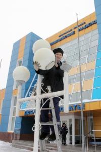 Трудно представить себе филиал ООО «Газпром трансгаз Н. Новгород» – Сеченовское ЛПУМГ без стабильного функционирования службы энергоснабжения. В ее составе 44 человека. Коллектив грамотный – восемь инженеров имеют высшее профильное образование, среди  них один кандидат технических наук. Николай Васильевич Костюшов (на снимке) – электромонтер шестого разряда службы энергоснабжения ЛПУМГ. Он и еще пять электромонтеров бригады под руководством инженера Е.В. Тихонычева обеспечивают безаварийную работу электрооборудования на ГРС и радиорелейных станциях, в спорткомплексе, гостинице и на хоккейном корте