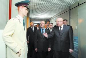 Глава правительства Д. Медведев и губернатор области В. Шанцев в городецком ЦОДе