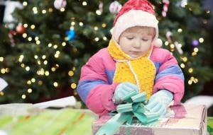 Открывая подарок Деда Мороза, Оксана Клокова, как и все дети, ждет чуда. И оно вот-вот произойдет...