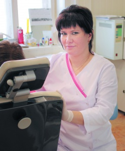 Стоматолог Сеченовской ЦРБ О.В. Зиновьева через минуту, как и положено, наденет шапочку, повязку и приступит к лечению пациента