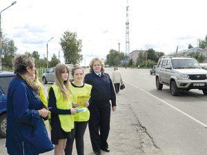 Ребята участвуют в акции под руководством инспектора по исполнению административного законодательства ОГИБДД Е.А. Орловой